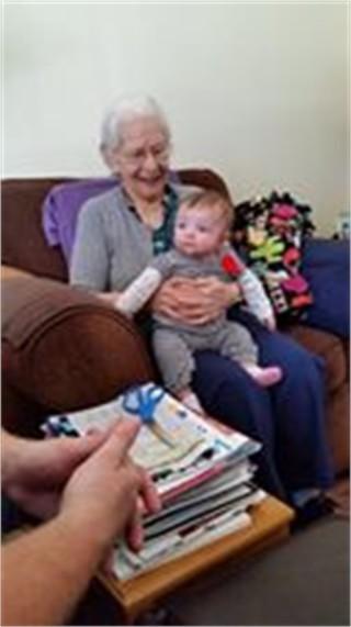 Sul divano la tenerezza delle nonne centenarie con i loro nipotini roba da donne - Scopare sul divano ...
