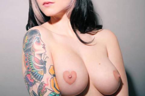 Tittoing: il Tatuaggio a Forma di Cuore sui Capezzoli