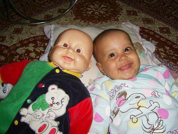 Questi Bambini sono Praticamente Identici ai loro Bambolotti