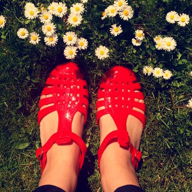 Jelly Sandals: il Ritorno dei Sandali in Gomma che Indossavamo da Bambine