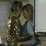 Miley Cyrus: baci e carezze hot in pubblico con Stella Maxwell