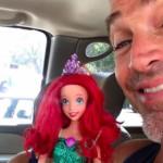 Il Figlio Vuole una Bambola: la Reazione del Padre è Straordinaria
