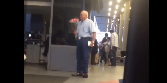 L'Amore non ha Età: Anziano Signore aspetta l'Amore della Sua Vita con un Mazzo di Fiori