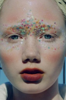 L'ultima Tendenza Femminile? Le Sopracciglia Glitterate, Eccole in 30 Foto!