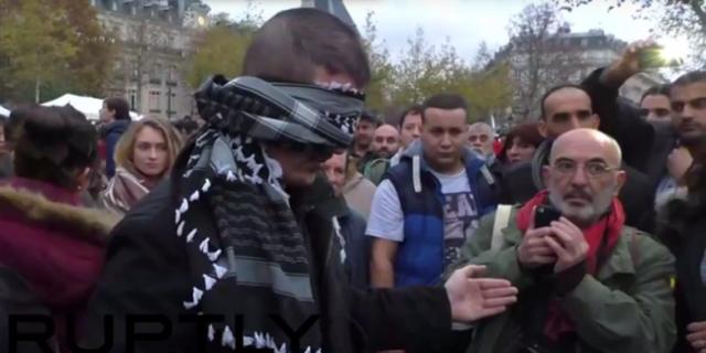 """Musulmano Bendato a Parigi: """"Abbracciatemi se vi Fidate di Me"""", le Reazioni"""