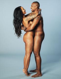 """""""Ama il Tuo Corpo"""": in Posa Completamente Nudi per Combattere la Diversità"""