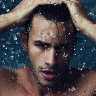 Sexy e Bagnati: gli Uomini Sotto la Doccia Infiammano Instagram