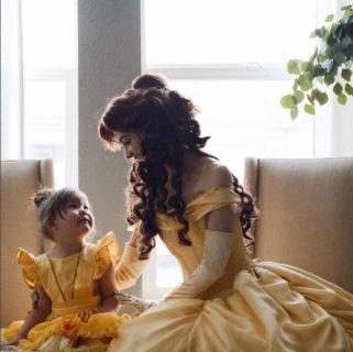 Spende più di 12mila euro per assomigliare alle principesse Disney: eccola in 22 Scatti