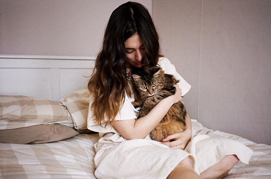 Amici per Sempre: 25 Foto che Raccontano il Legame di Queste Ragazze con i Loro Gatti