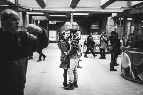 Il Fotografo che Va a Caccia dell'Amore nelle Strade: Ecco le Sue 20 Foto Più Belle