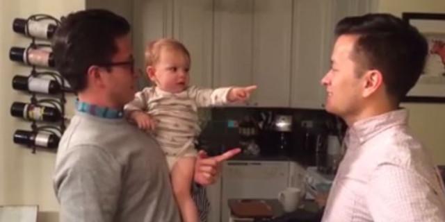 Il Papà ha un Gemello, Ma Questo Bimbo è Davvero Confuso: Ecco la Reazione