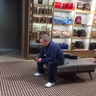 Miserable Man: le Facce Disperate degli Uomini Mentre Noi Facciamo Shopping