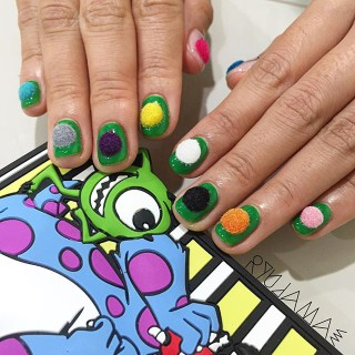 Pon-Pon Nails: Ecco l'Ultima (Folle) Tendenza per la Nail Art!