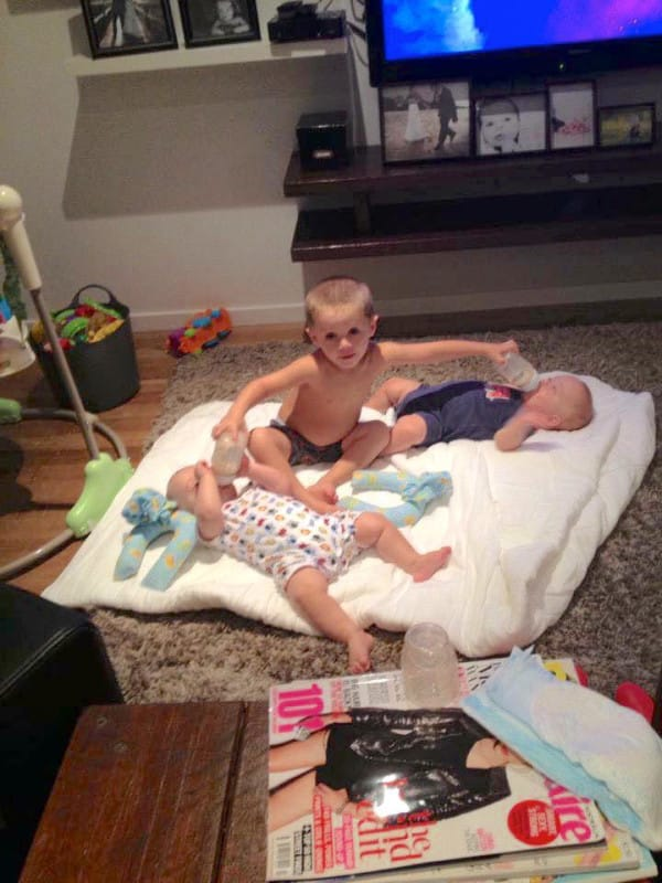 Mamme Acrobate e Multitasking: 12 Modi per Allattare più Bebè Contemporaneamente