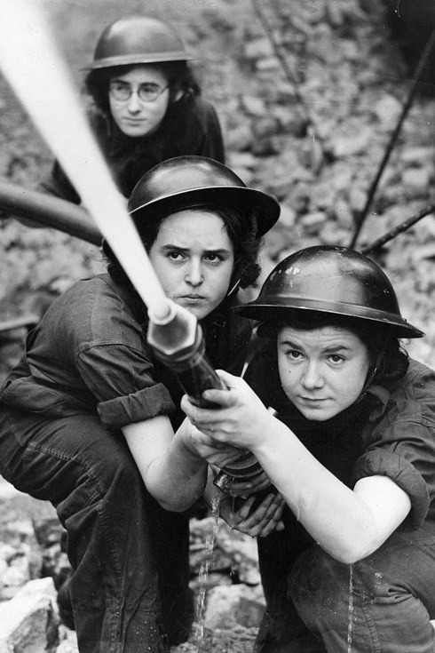 22 Incredibili Foto di Donne Coraggiose Durante la Seconda Guerra Mondiale
