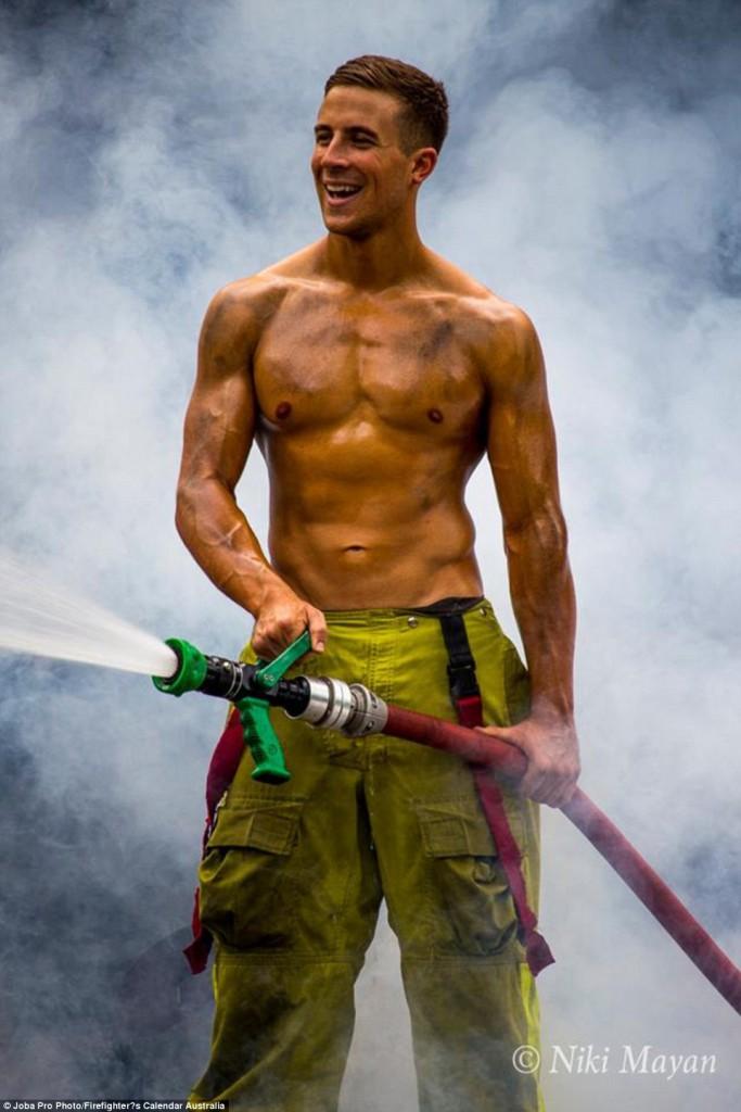Firefighter's Calendar, il Calendario 2017 dei Pompieri in 15 Scatti Davvero Hot!