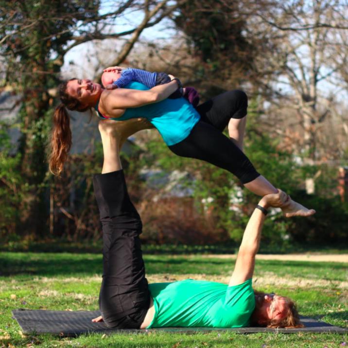 Yoga Durante La Gravidanza: Ecco 20 Pose Acrobatiche Provate Da Questa Coppia!