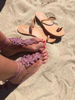 Il sandalo due pezzi che piace alle vip da indossare in spiaggia... scalze