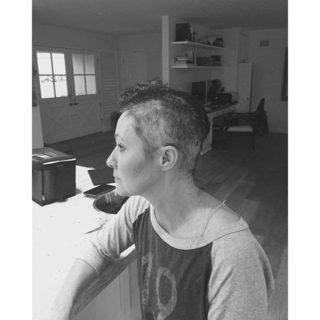 Il coraggio di Shannen Doherty: in vista della chemio si rasa i capelli su Facebook