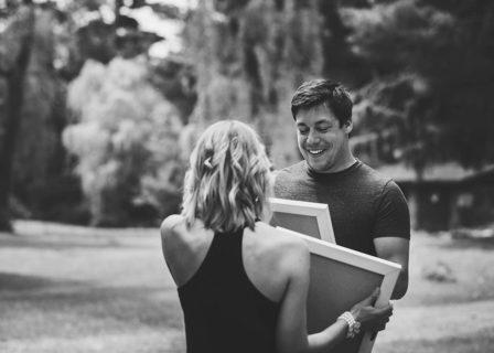 Durante un servizio fotografico lei lo sorprende con il messaggio della vita. Ecco la reazione di lui