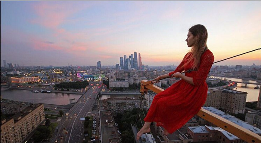 Questa ragazza scatta i selfie più pericolosi al mondo: ecco 17 foto del suo profilo Instagram (della serie non provateci a casa!)