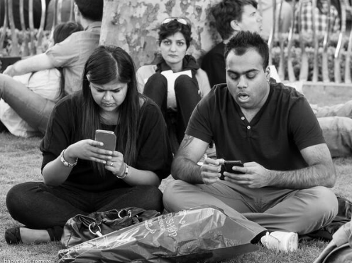 9 immagini che ci mostrano come siamo diventati con gli smartphone