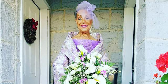 Millie, sposa a 86 anni con l'abito disegnato da lei