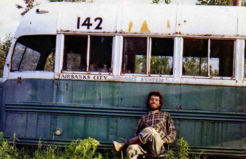 Into The Wild: le vere foto di Chris e quella scritta incisa davvero sul bus prima di morire