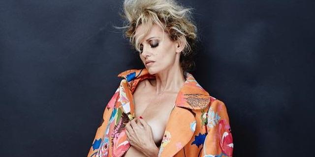 Justine Mattera, 45 anni e sotto il cappotto... niente. 11 foto da autunno caldo