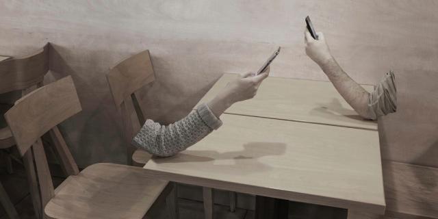 """Come siamo diventati: dal """"Nascondino"""" a esseri invisibili dietro lo smartphone"""