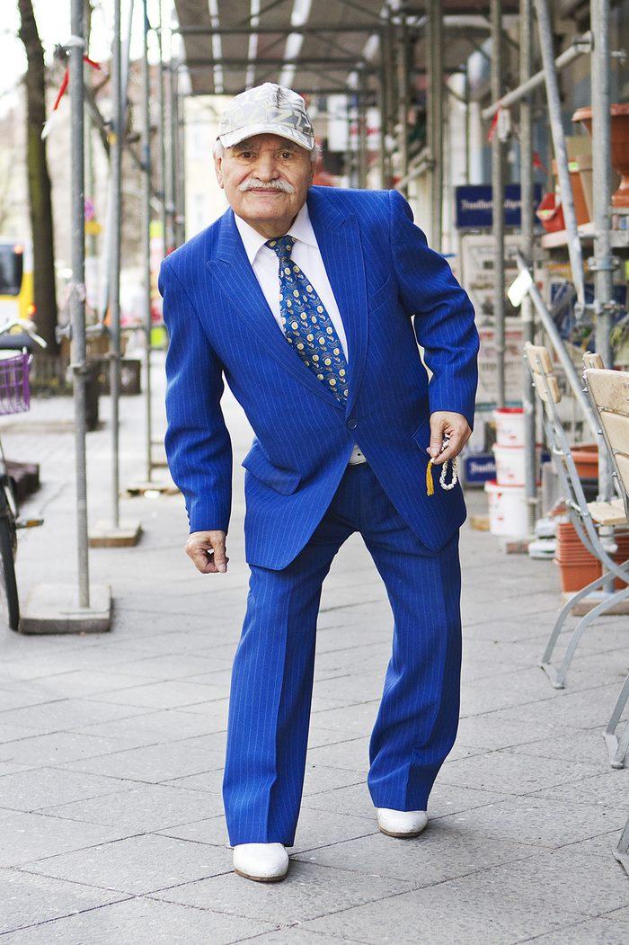 Chi è quest'uomo che ogni mattina va a lavorare con un outfit diverso
