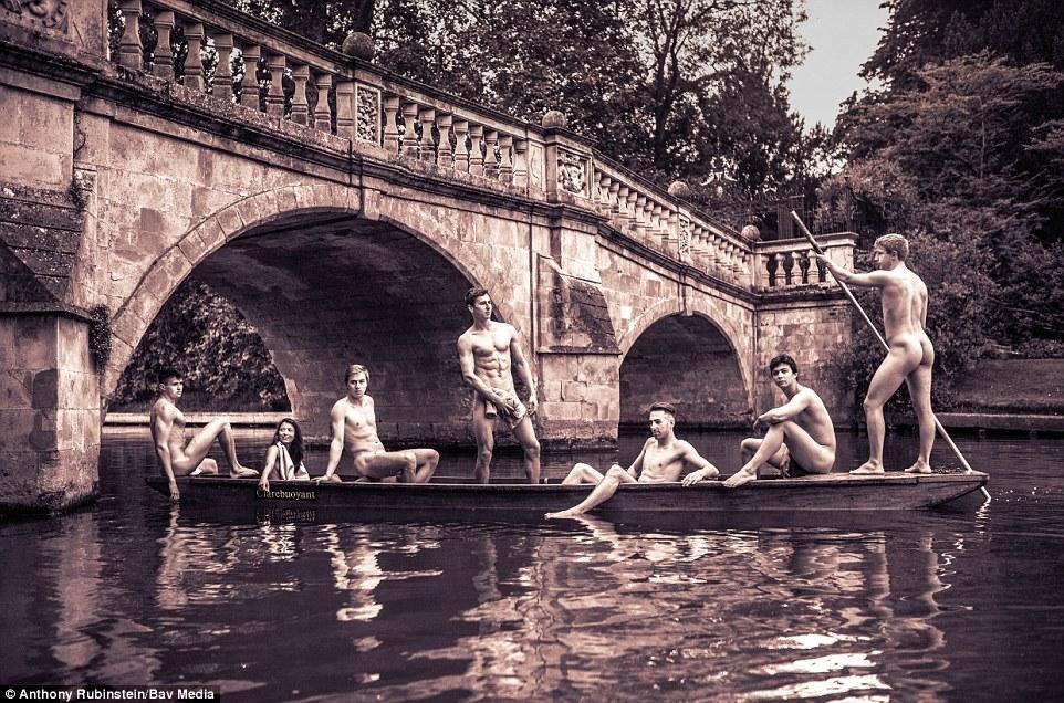 13 immagini hot dal calendario degli studenti di Cambridge senza veli per beneficienza