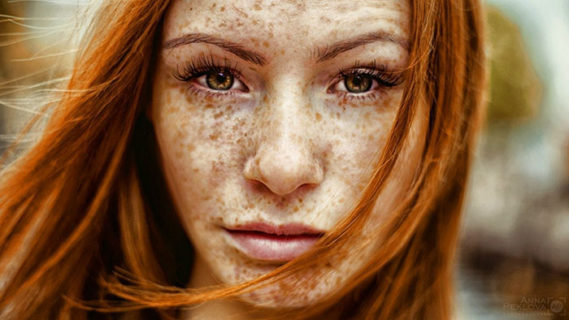 La bellezza ipnotica dei capelli rossi