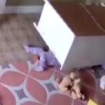 Gli cade addosso una cassettiera: ecco come il fratellino riesce a salvarlo