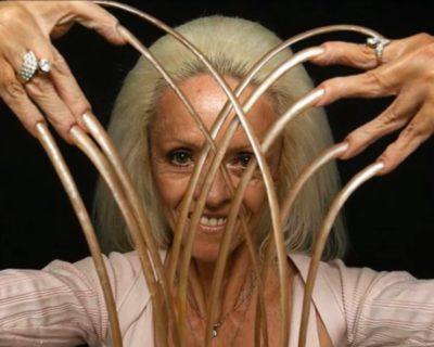 La vita e l'incidente di Lee Redmond, la donna con le unghie più lunghe del mondo