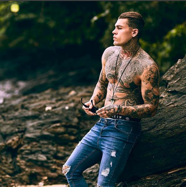 Stephen: il modello ricoperto di tatuaggi e piercing che fa impazzire il web