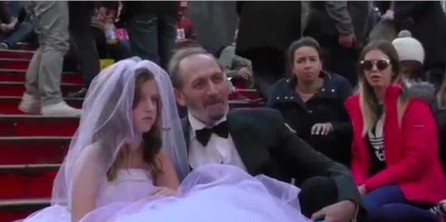 Lui ha 65 anni e sposa una bambina: la reazione della folla