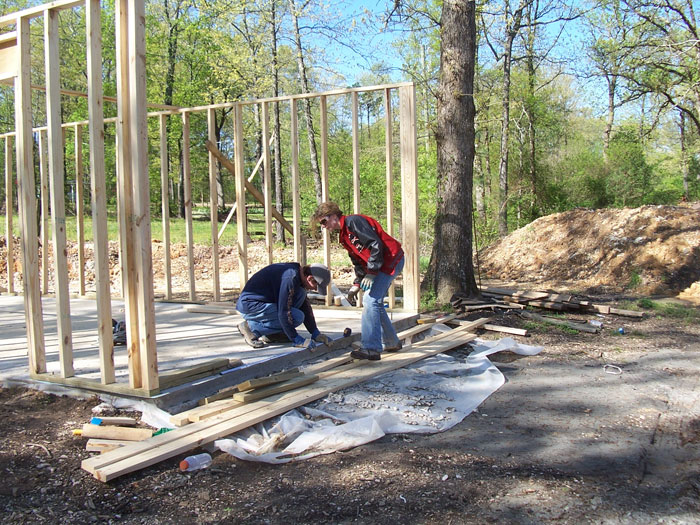 Mamma di 4 figli, costruisce la loro nuova casa da sola grazie ai tutorial su YouTube