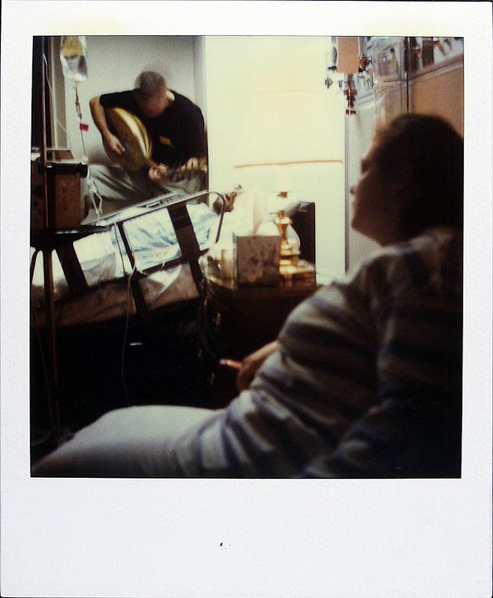 Scatta una polaroid al giorno fino alla sua morte. Le sue immagini toccano il cuore