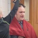 Questo preside si fa rasare dallo studente e dà una lezione di vita ai suoi alunni