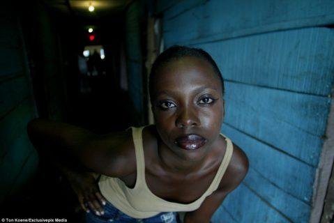 Viaggio nei bordelli nigeriani: tra prostitute bambine e il divieto di usare il preservativo