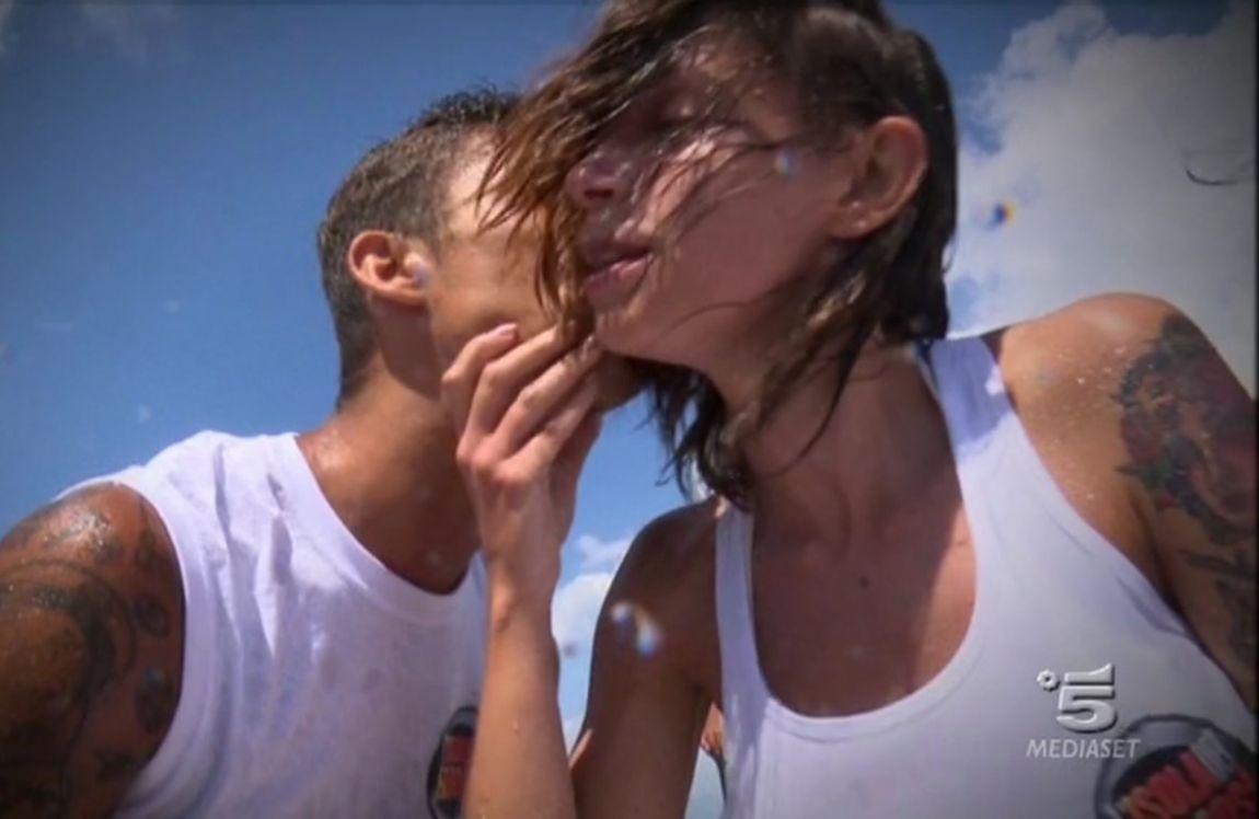 Isola dei Famosi: amore tra Bettarini e la naufraga, la Marcuzzi sbotta con Raz