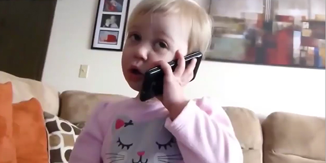 """""""Pronto? Chi è?"""" Le esilaranti """"telefonate"""" dei bambini"""