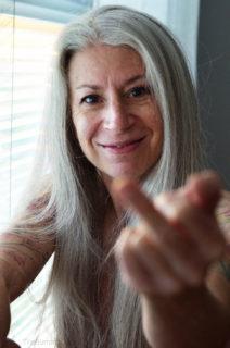 """56 anni, tatuaggi e piercing intimi: """"Si può essere sexy e mostrarlo a qualsiasi età"""""""