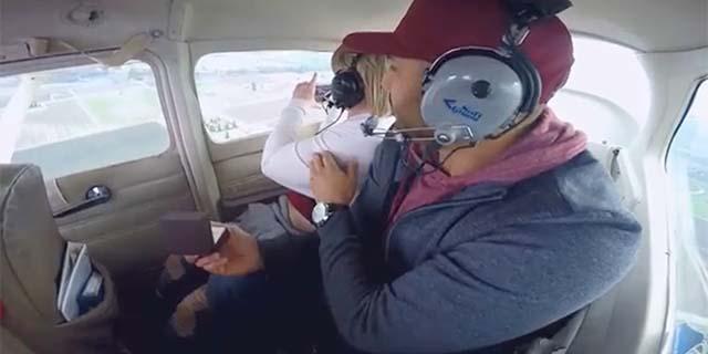 Proposta di matrimonio in volo rovinata dal mal d'aereo!