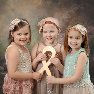 3 anni dopo: tre bambine sopravvissute al cancro ricreano ogni anno questa foto
