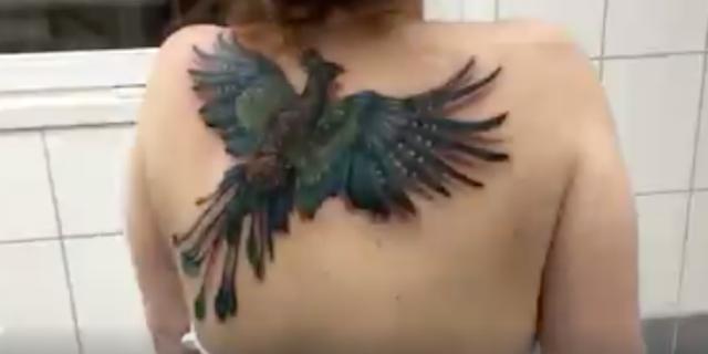 Il tatuaggio è così realistico che la fenice vola davvero