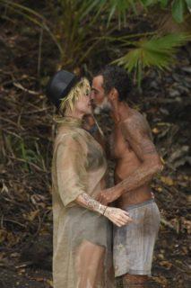 Isola dei Famosi 2017: finalmente arriva il bacio tra Paola Barale e Raz Degan