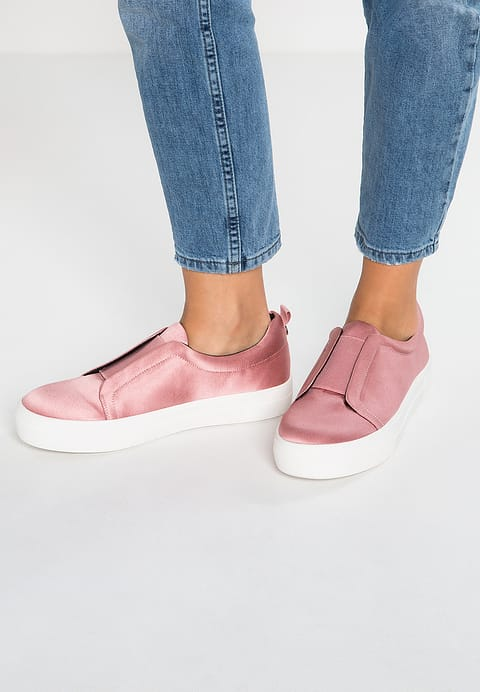 Sneakers 2017 a tutto rosa: dalle Adidas Stan Smith Boost alle Puma Suede Heart