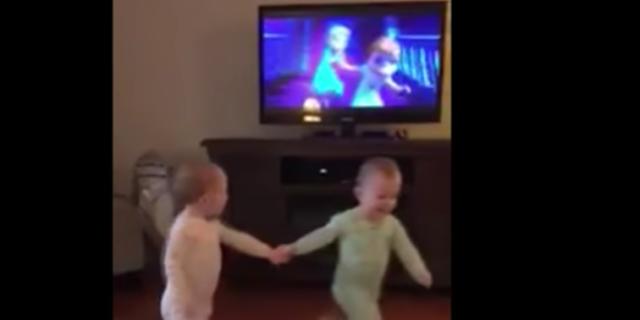 Le gemelline ricreano le scene di Frozen mentre guardano il cartone